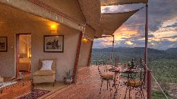 Terrasse der Saruni Samburu Lodge in Kenia | Abendsonne Afrika