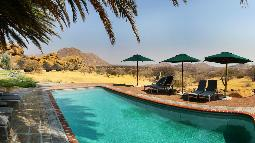 Pool der Ai-Aiba Lodge in Namibia | Abendsonne Afrika