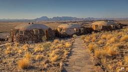Blick auf die Rostock Ritz Desert Lodge in Namibia | Abendsonne Afrika