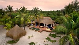 Blick auf die Andbeyond Benguerra Island Lodge in Mosambik | Abendsonne Afrika