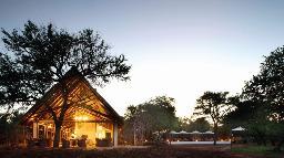 Blick auf das Kapama Southern Camp in Südafrika | Abendsonne Afrika