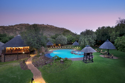 Pool der Bakubung Bush Lodge in Südafrika | Abendsonne Afrika