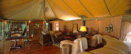 Lounge im Bateleur Camp in Kenia | Abendsonne Afrika