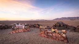 Open Air Dinner in der Hoodia Desert Lodge in Namibia | Abendsonne Afrika