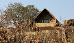 Gebäude im Big Cave Camp in Simbabwe | Abendsonne Afrika