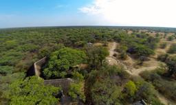 Terasse der Camelthorn Lodge im Hwange Nationalpark in Simbabwe | Abendsonne Afrika