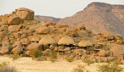 Hauptgebäude des Camp Kipwe im Damaraland in Namibia | Abendsonne Afrika