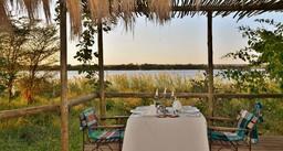 Abendessen in der Chobe Bakwena Lodge in Botswana   Abendsonne Afrika