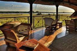 Außenterrasse der Chobe Savanna Lodge in Botswana | Abendsonne Afrika