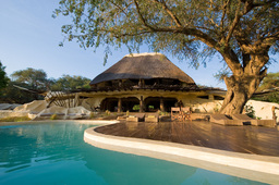 Poolbereich des Chongwe River House in Sambia | Abendsonne Afrika