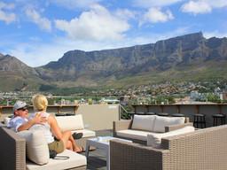 Ausblick auf den Tafelberg des Cloud Nine Boutique Hotel in Südafrika   Abendsonne Afrika