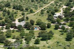 Luftaufnahme der Deception Valley Lodge in Botswana | Abendsonne Afrika