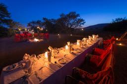 Abendessen unter freiem Himmel im Desert Rhino Camp im Damaraland in Namibia | Abendsonne Afrika