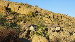 Chalets im The Erongo Wild in Namibia | Abendsonne Afrika