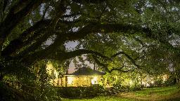 Bei Nacht in der Reilly's Rock Hilltop Lodge in Eswatini   Abendsonne Afrika