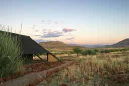 Abendstimmung im Etendeka Mountain Camp im Damaraland in Namibia | Abendsonne Afrika