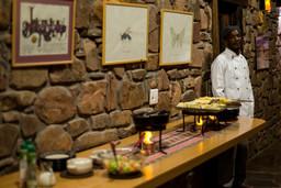 Abendessen in der Etusis Lodge in Erongo in Namibia | Abendsonne Afrika