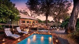 Haupthaus mit Pool im Linyanti Ebony Camp in Botswana   Abendsonne Afrika