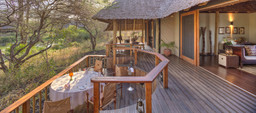 Terrasse des Finch Hatton's Camp in Kenia | Abendsonne Afrika