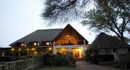 Außenansicht der Garden Lodge in Botswana   Abendsonne Afrika