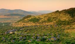 Blick von oben auf die Ivory Tree Game Lodge in Südafrika | Abendsonne Afrika