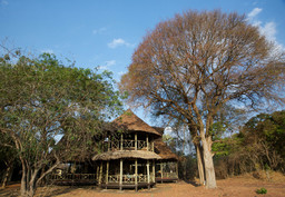 Hauptgebäude des Katavi Wildlife Camp in Tansania | Abendsonne Afrika