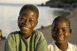 Afrikanische Kinder in der Kaya Mawa Lodge in Malawi | Abendsonne Afrika