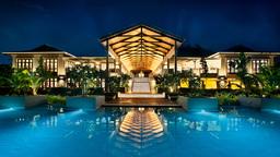 Hotelgebäude des Kempinski Seychelles Resorts bei Nacht auf den Seychellen   Abendsonne Afrika
