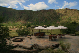 Terrasse der Khowarib Lodge in Kaokoveld in Namibia | Abendsonne Afrika
