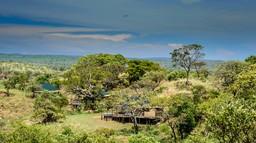 Außenansicht der Lemala Kuria Hills Lodge in Tansania | Abendsonne Afrika