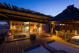 Chalet der Little Kulala Lodge in Namibia | Abendsonne Afrika