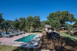 Poolbereich im Little Makalolo in Simbabwe | Abendsonne Afrika