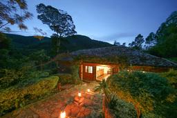 Eingang der Mahogany Springs Lodge in Uganda | Abendsonne Afrika