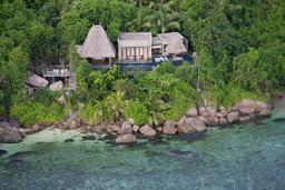 Blick auf das Maia Luxury Resort & Spa auf den Seychellen   Abendsonne Afrika