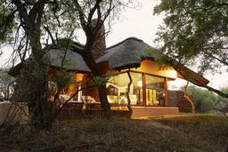 Chalet der Makanyane Lodge in Südafrika | Abendsonne Afrika