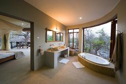 Badezimmer der Mkulumadzi Lodge in Malawi | Abendsonne Afrika