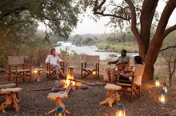 Feuerstelle in der Mkulumadzi Lodge in Malawi | Abendsonne Afrika