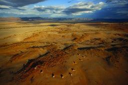 Luftaufnahme des Namib Dune Star Camps in Namibia   Abendsonne Afrika