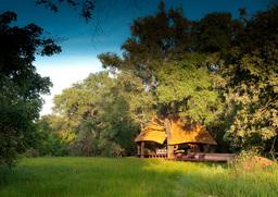 Außenansicht des Nkwali Camps in Sambia | Abendsonne Afrika