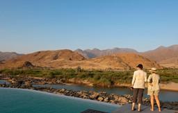 Der Ausblick vom Pool des Okahirongo River Camps in Kaokoveld in Namibia | Abendsonne Afrika