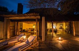 Aussenbereich eines Zimmers der Oldonyo Lodge in Kenia | Abendsonne Afrika