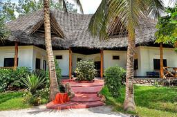 Eingang eines Cottages des Pongwe Beach Hotels auf Sansibar   Abendsonne Afrika