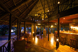 Bar des Rufiji River Camps in Tansania   Abendsonne Afrika