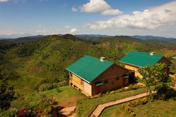 Häuser der Ruhija Gorilla Lodge in Uganda   Abendsonne Afrika