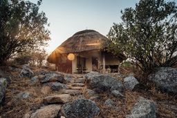 Hütte in der Rwakobo Rock Lodge in Uganda | Abendsonne Afrika