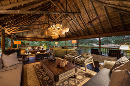 Lounge der Sabi Sabi Bush Lodge in Südafrika | Abendsonne Afrika