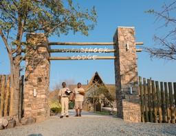 Empfang der Safarihoek Lodge im Etosha Nationalpark in Namibia | Abendsonne Afrika