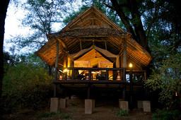 Chalet bei Nacht des Samburu Intrepids in Kenia | Abendsonne Afrika