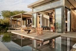 Pool der Sanctuary Olonana Lodge in Kenia | Abendsonne Afrika