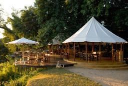 Außenbereich des Sausage Tree Camps in Sambia | Abendsonne Afrika